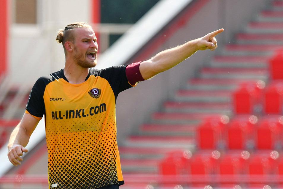 Ist das mehr als ein Fingerzeig? Sebastian Mai gibt gleich bei seinem ersten Einsatz für Dynamo als Kapitän die Richtung vor.