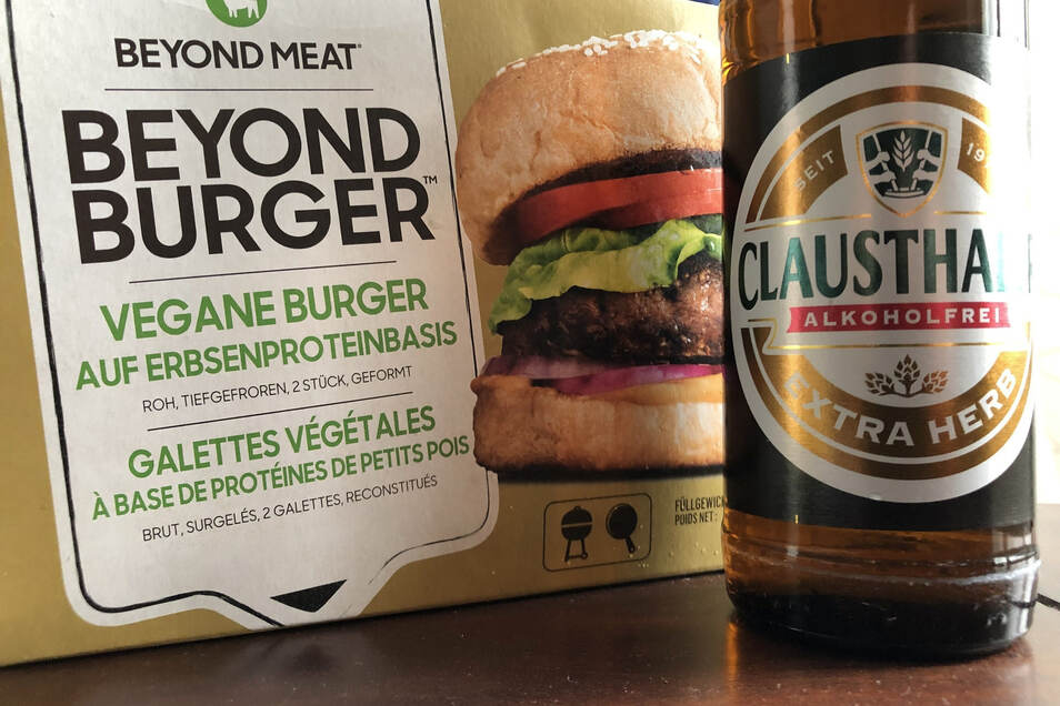 """Eine Packung des veganen """"Beyond Burger"""" und eine Flasche alkoholfreies Bier (Symbolfoto)"""
