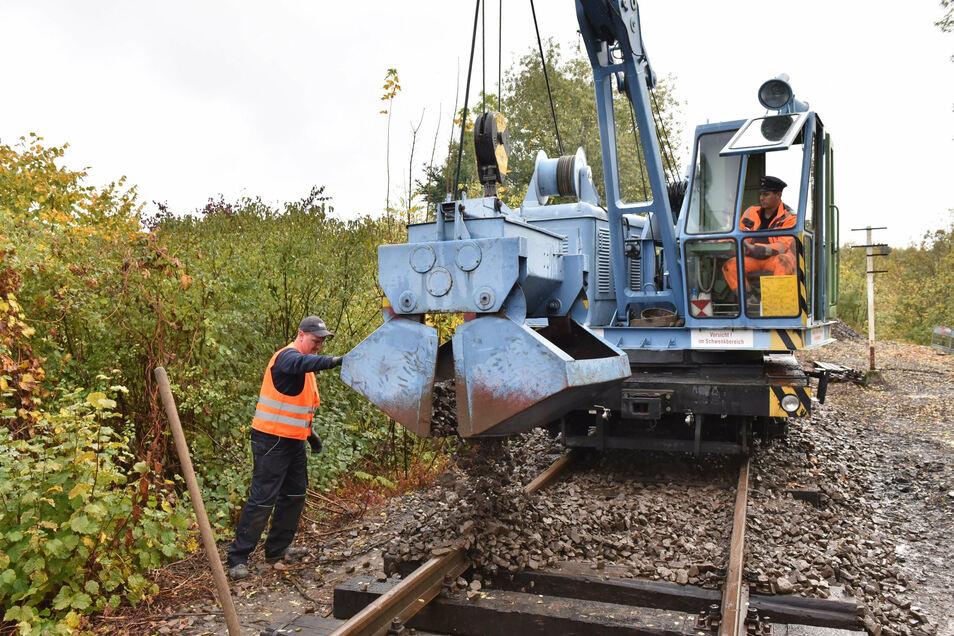Jetzt gibt's Schotter: Das Gleis wurde bei Kilometer 3,4 komplett neu aufgebaut.