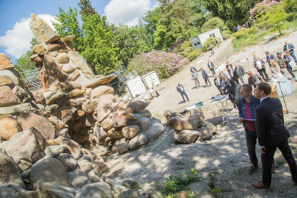 Steinmetz Dirk Bretschneider (links) rekonstruierte mit seinem Chef Sven schubert den Herkules im Kromlauer Park. Gablenz' Bürgermeister Dietmar Noack und Sachsens Ministerpräsident Michael Kretschmer weihten die wiederaufgebaute Grotte neben der Rakotzbrücke ein.