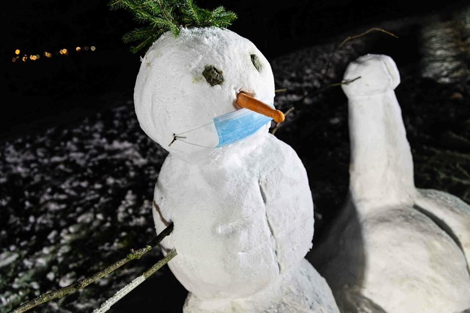 Dem Schneemann und der Schneefrau wurden Corona-Masken aufgesetzt.