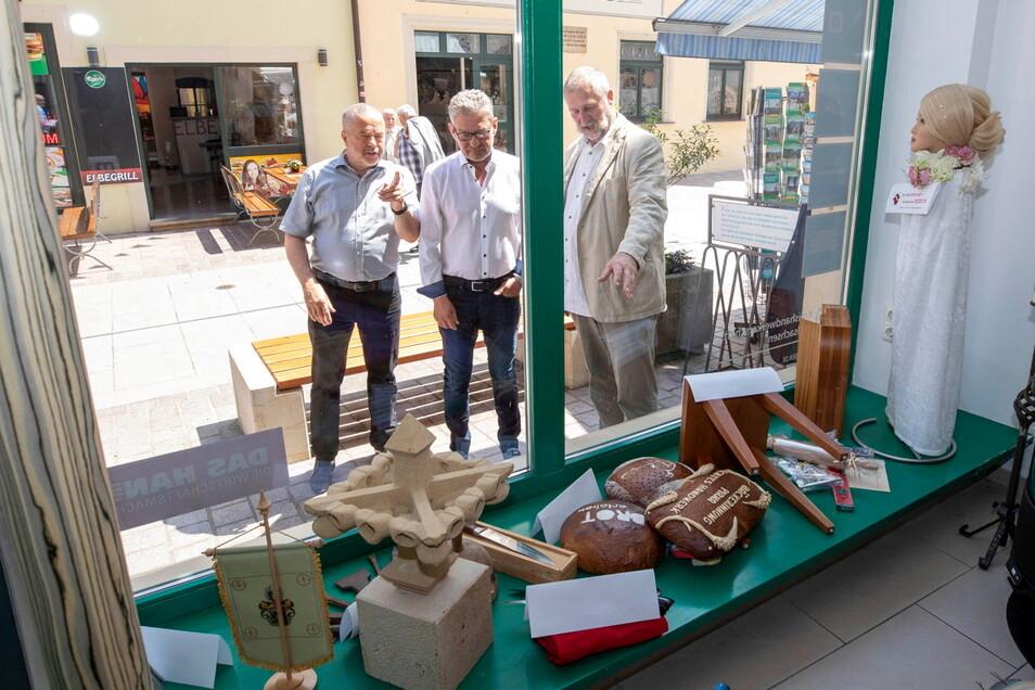 Inspizierten gleich mal das Schaufenster: Landrat Michael Geisler, Oberbürgermeister Klaus-Peter Hanke und Kreishandwerksmeister Gunter Arnold.