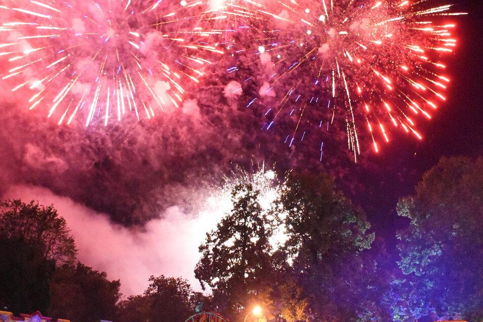 Zum ersten Mal findet das traditionelle Höhefeuerwerk am Auftaktabend des Rothenburger Sommerfestes über dem Schlossplatz vor der Stadtkirche Stadtkirche statt.