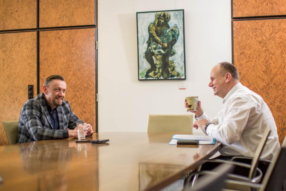 Auf Abstand und mit vertauschten Rollen: SZ-Redakteur Andreas Weller wird von Oberbürgermeister Dirk Hilbert (FDP) interviewt.