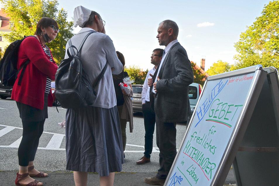 Pfarrer Daniel Mögel (r.) hatte am vergangenen Donnerstag zeitgleich zur AfD-Kundgebung auf dem Altmarkt zum Friedensgebet in die Nikolaikirche geladen.