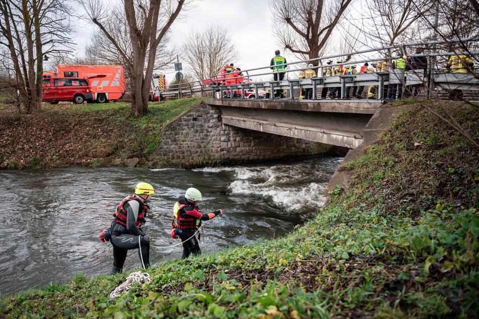 Feuerwehrleute aus Hagen versuchen, einen Gegenstand aus dem Fluss Hönne zu bergen. Bisher wurde die vermisste Zehnjährige aber nicht gefunden.