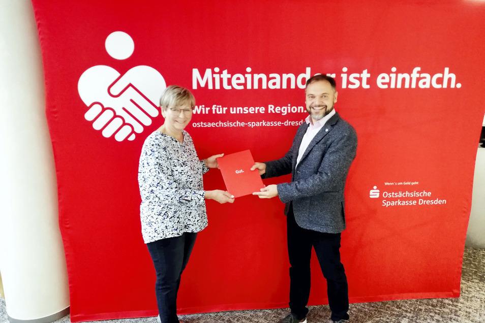 LHV-Schatzmeisterin Sybill Zaunick kann einen ganz erheblichen Aktivposten buchen – und das gleich über drei Jahre: In Dresden unterzeichneten sie und Jan Klemmer, Referent für Sponsoring bei der Ostsächsischen Sparkasse Dresden, den neuen Vertrag.