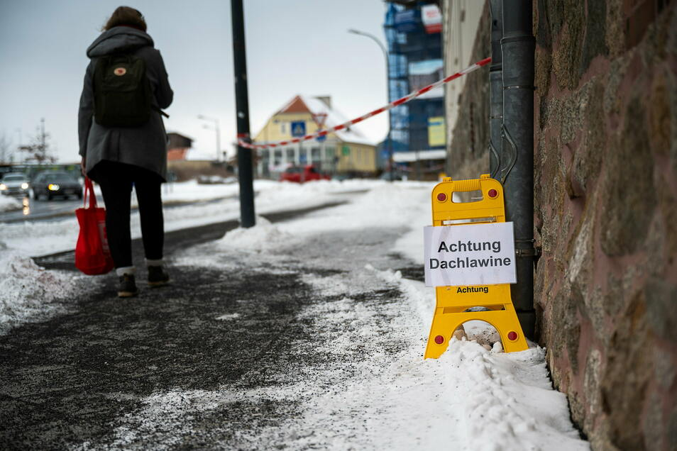 Am Landratsamt an der Görlitzer Bahnhofstraße wird gewarnt: Das Tauwetter bringt Dachlawinen mit sich.