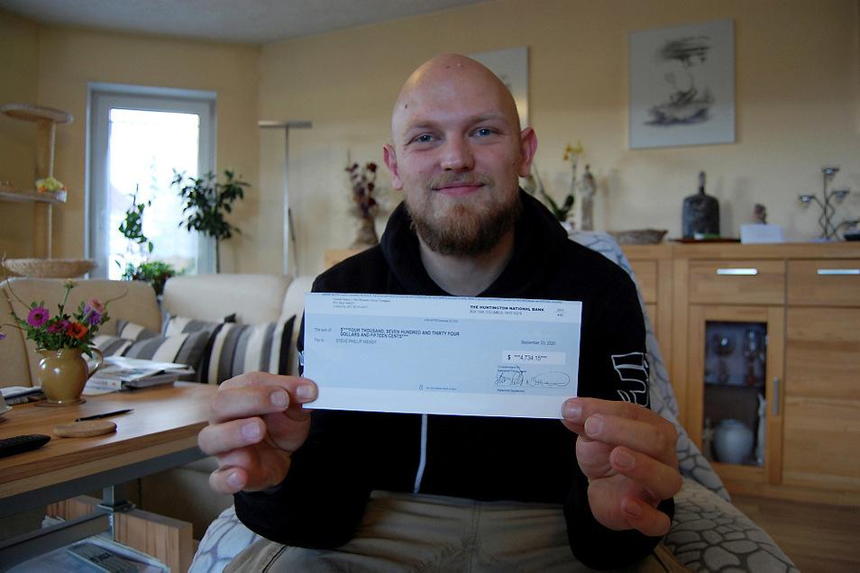 Steve Wendt mit dem Scheck, der inzwischen eingelöst ist. Aus Sicherheitsgründen haben wir einige Angaben wegretuschiert.
