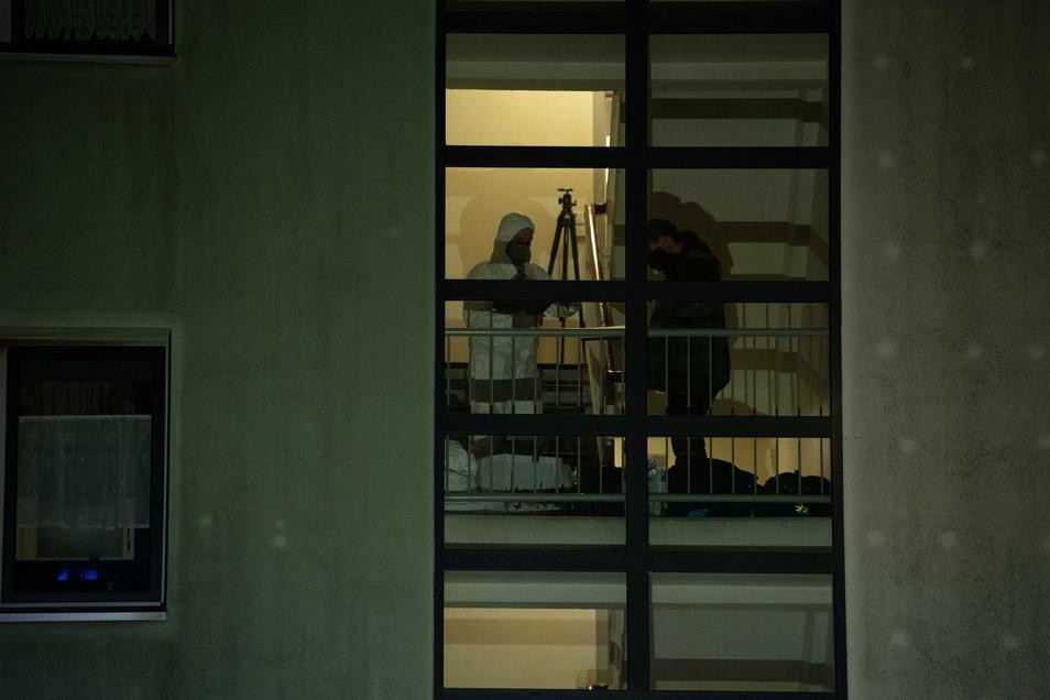 Kriminaltechniker arbeiten in einem Treppenhaus eines Mehrfamilienhauses im Ortsteil Plänterwald (Treptow-Köpenick). In einer Wohnung ist eine Dreijährige tot gefunden worden.