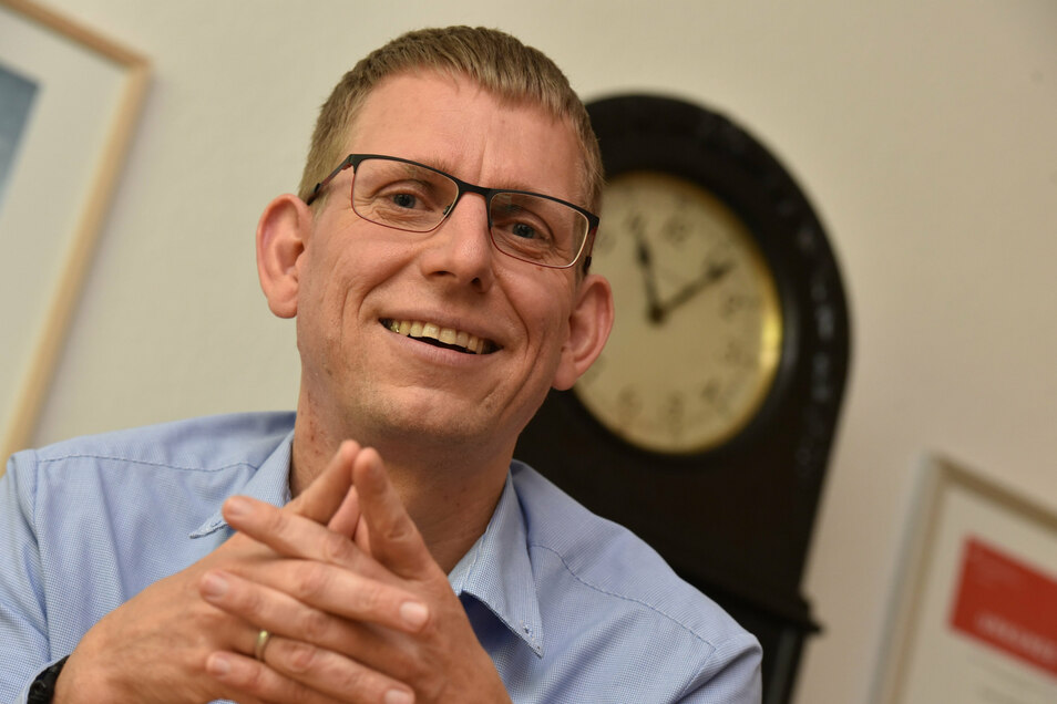 Glashüttes Bürgermeister Markus Dreßler (CDU) hatte die Bekanntgabe der Gewinner im Wettbewerb des Ministeriums für Regionalentwicklung online mitverfolgt.