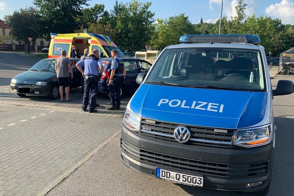 Die Polizei nahm den Unfall auf dem Parkplatz an der Rudolf-Breitscheid-Straße auf. Auch ein Rettungswagen war vor Ort.