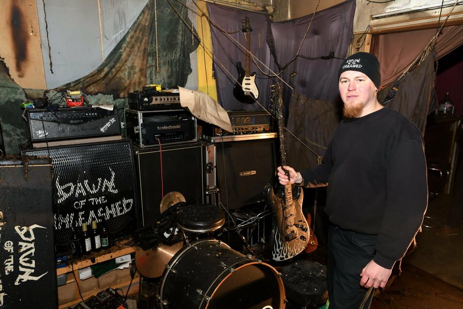 """Bassist Richard Nikolai steht am Montagnachmittag im ausgebrannten Proberaum seiner Band """"Dawn of the Unleashed"""" in Freital-Döhlen."""