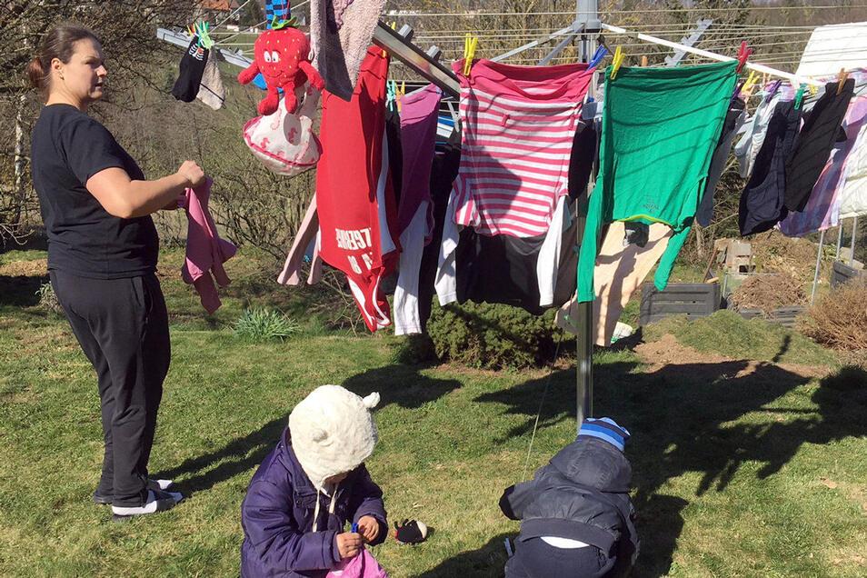 Die Zwillinge sind bei Christina Schwanitz derzeit immer dabei - auch beim Wäscheaufhängen.