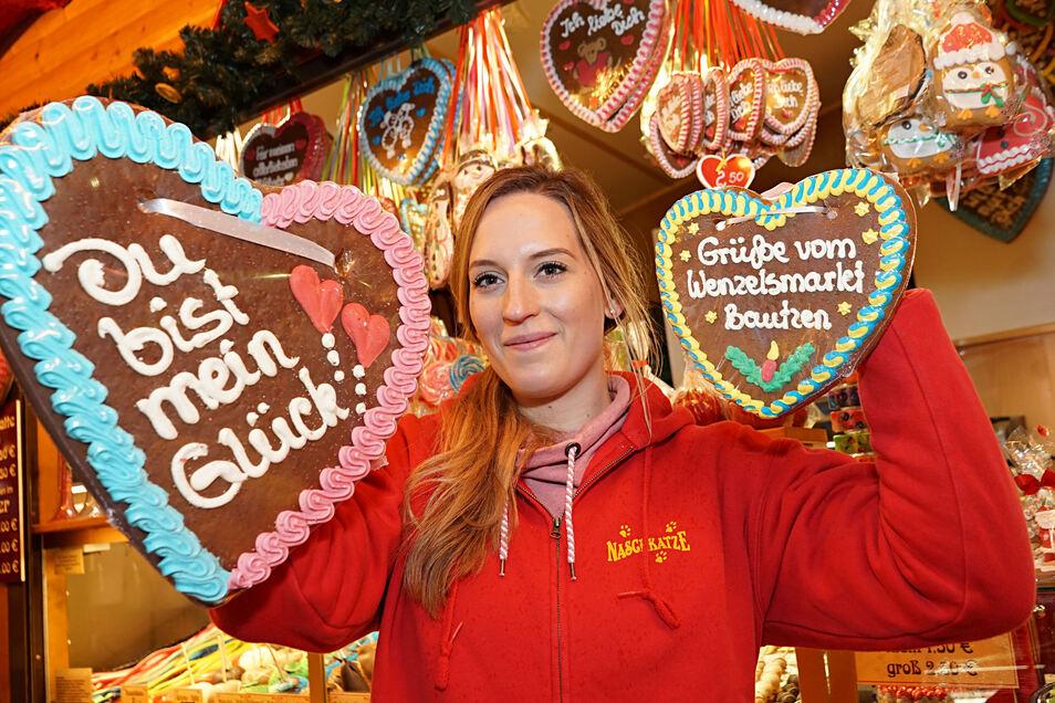 Alin Gruhl vom Marktstand Naschkatze aus Förstgen präsentiert zwei große Lebkuchenherzen. Seit mehr als  30 Jahren ist die Naschkatze schon auf dem Weihnachtsmarkt in Bautzen.