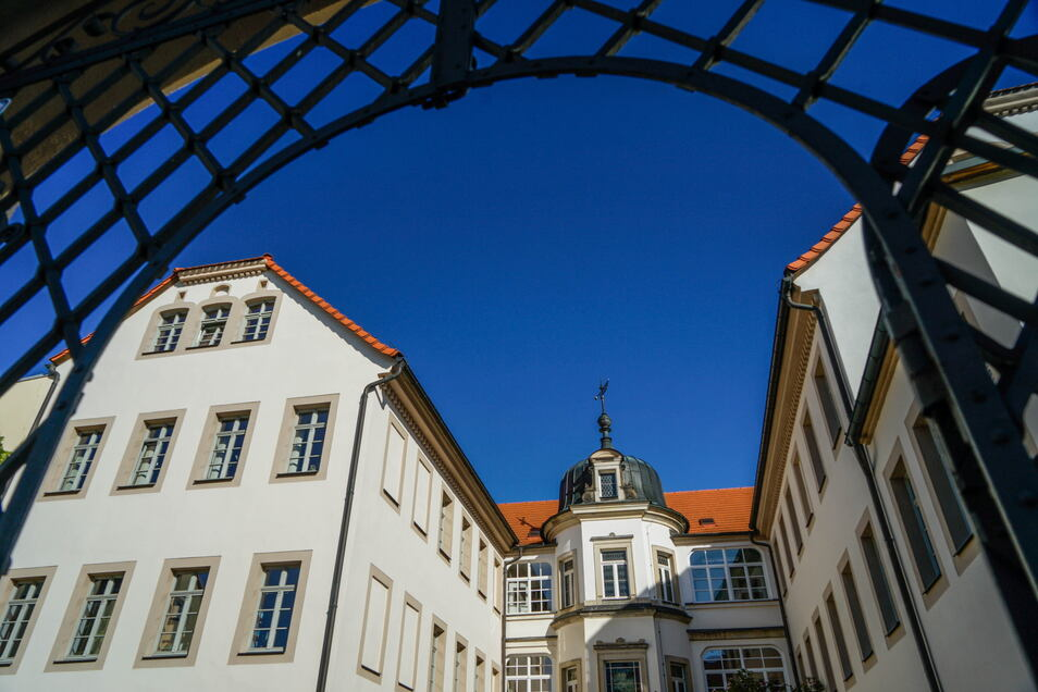 Der Bischofssitz in Bischofswerda beherbergt unter anderem die Stadtbibliothek und die Carl-Lohse-Galerie. Der bisherige Besitzer will das Gebäude abgeben.