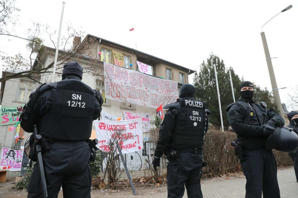 Polizisten im Januar vor dem besetzten Grundstück an der Königsbrücker Straße. Jetzt standen die ersten Besetzer vor Gericht.