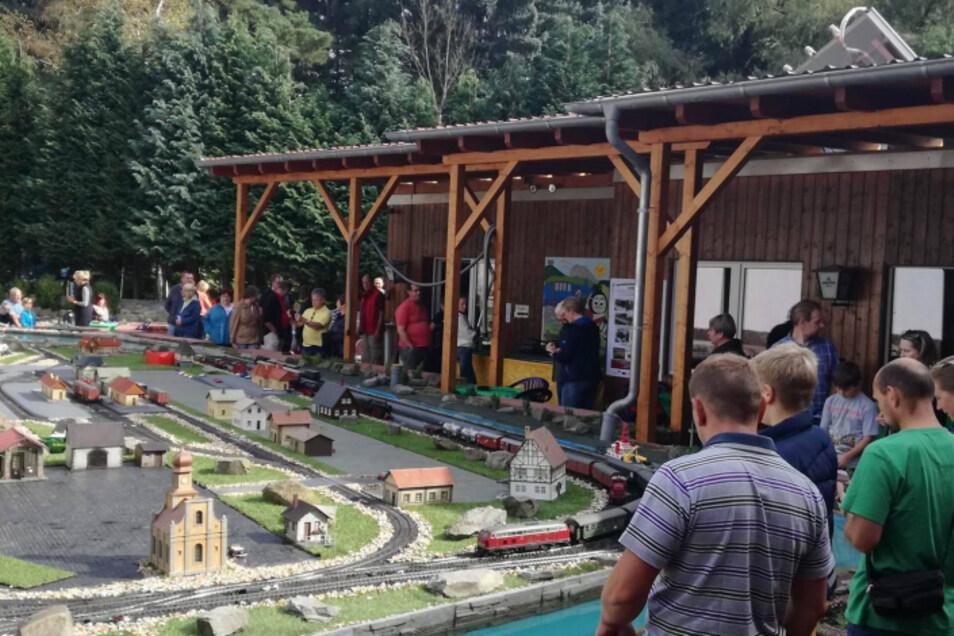 Das Modelleisenbahnland Oderwitz lädt zum Saisonabschluss für die Gartenbahn.