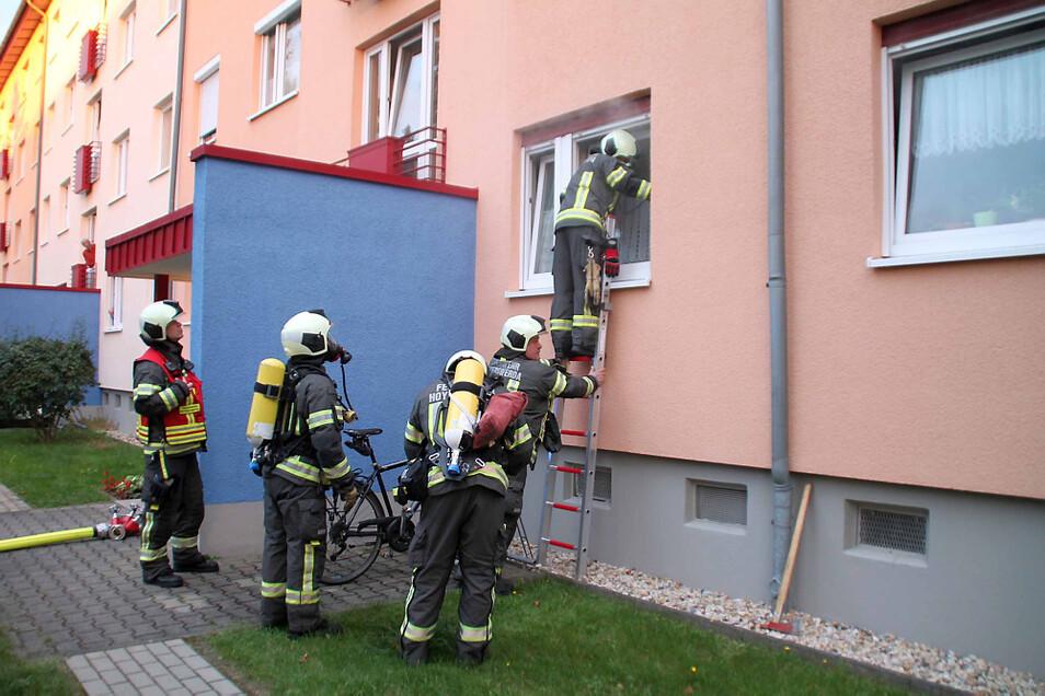 Weil die Wohnungstür sehr stark gesichert war, ging es für den Feuerwehr-Angriffstrupp schneller, durchs Fenster in die verqualmte Wohnung einzudringen.