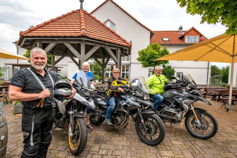 Aloisius und Hannelore Promper aus München sowie Ingrid Faller und Thomas Schmidt aus Weil der Stadt (Baden Württemberg) haben Quartier im Landhotel Sonnenhof in Ossig genommen. Sie sind schon das zweite mal im Landhotel und wollen wiederkommen.