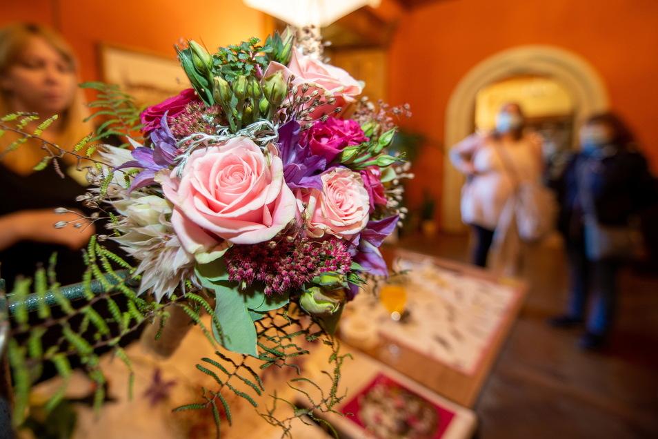 Blumen-Puhane sind das erste Mal auf Schloss Schönfeld dabei. Mit natürlichen Kreationen und freundlicher Beratung waren sie auf der Messe dicht von Besuchern umringt.
