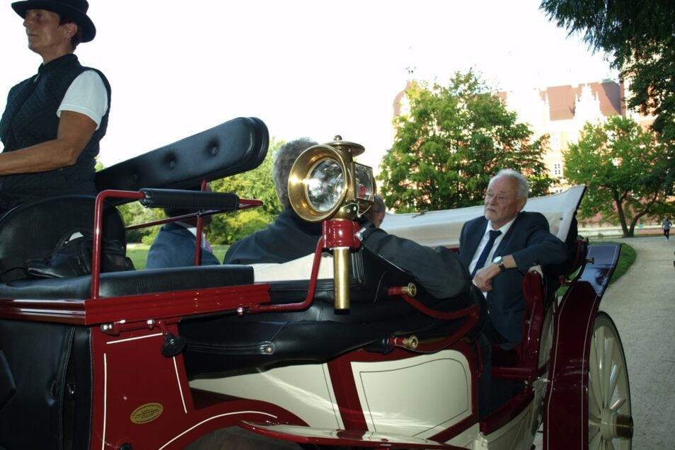 Bürgermeister Andreas Bänder und seine Frau Ursula bei der Kutschfahrt durch den Fürst-Pückler-Park, wo gleich mehrere Überraschungen und Ehrungen auf den scheidenden Amtschef warteten. Das Ehepaar ist seit 47 Jahren verheiratet und hat zwei Söhne.