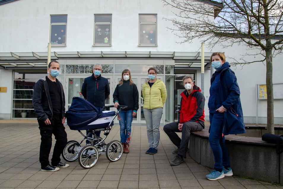 Weixdorf Eltern sind in Sorge, dass ihre Kinder keinen Platz am Gymnasium Klotzsche finden. Kristin Obitz (3.v.l.) und ihr Mann (ganz links) finden das Losverfahren bedenklich.