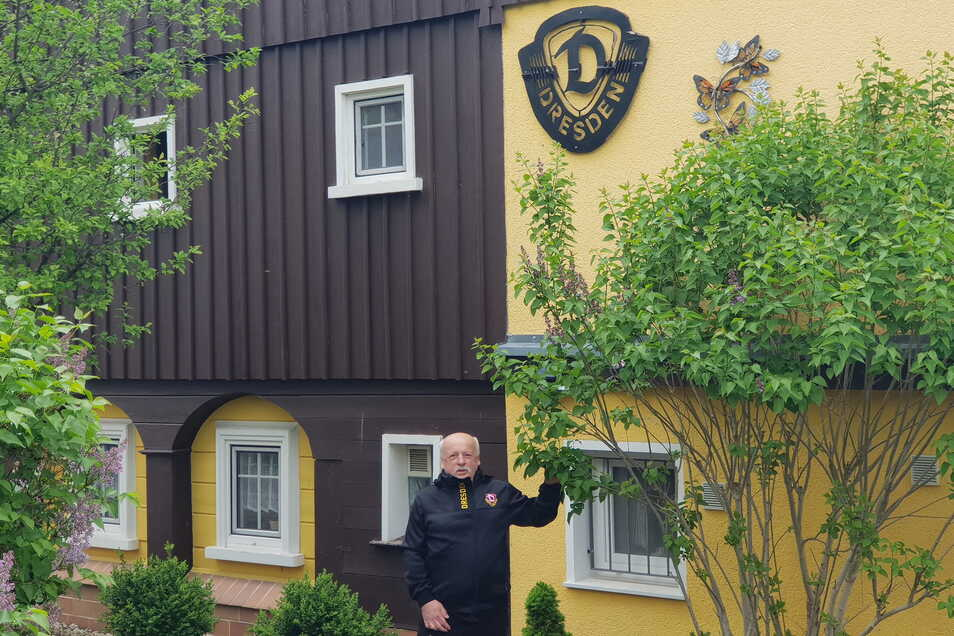 Jürgen Schulz vor seinem Umgebindehaus in Seifhennersdorf mit dem Dynamo-Emblem.