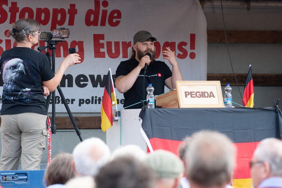 Alex Malenki, Identitäre Bewegung Leipzig, spricht auf einer Pegida-Kundgebung in Dresden.