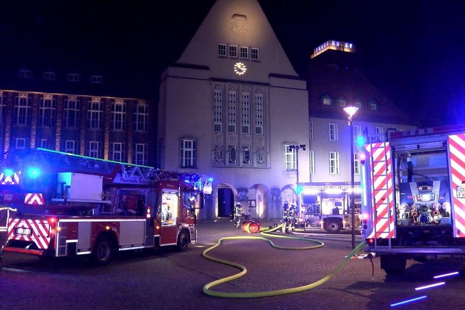 Feuerwehrleute sind am Rathaus in Delmenhorst im Einsatz