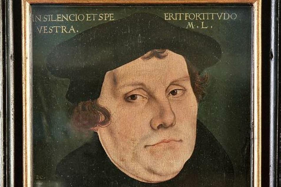 Cranachs Luther-Gemälde ist vermutlich schon seit vielen Jahrhunderten im Besitz der Stadt (rechts).
