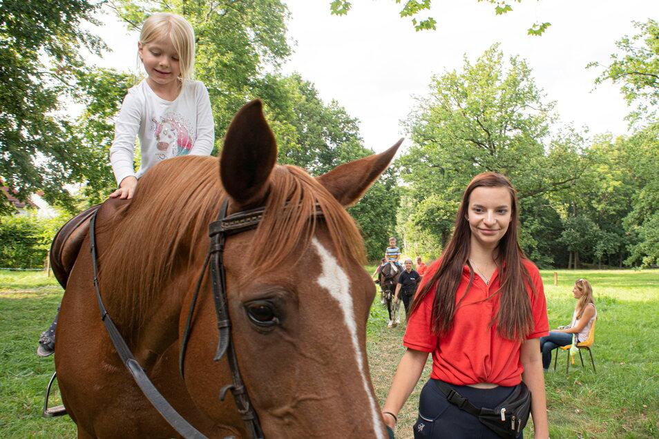Effi genießt das Reiten auf Jolie, sie wird von Leonie Krüger geführt. Der Reitclub Kamenz ist wie immer im Forst und ermöglicht es den Kindern, eine Runde auf dem Pferd zu reiten. Foto: Rene Plaul