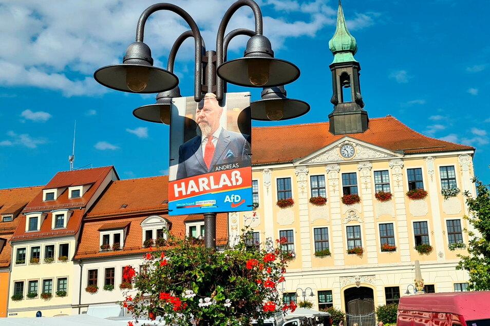 Andreas Harlaß kandidierte für die AfD im Wahlkreis Dresden II/Bautzen II, zu dem auch Radeberg gehört. Sein Plakat hängt vor dem Radeberger Rathaus.