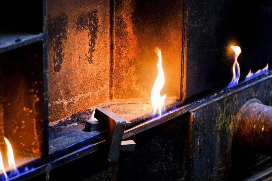 Flammen züngeln aus den Rahmen, in die der Eisenguss eben eingefüllt worden ist. Weil dabei Gase entstehen, die Druck erzeugen, werden die einzelnen Rahmen verklammert.
