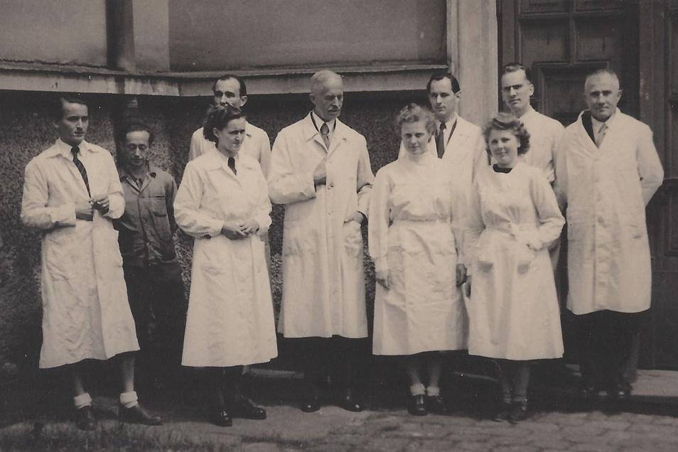 Professor Heinrich Wienhaus (Mitte) mit Mitarbeitern seines Instituts vor dem Stöckhardt-Bau in Tharandt, um 1946.