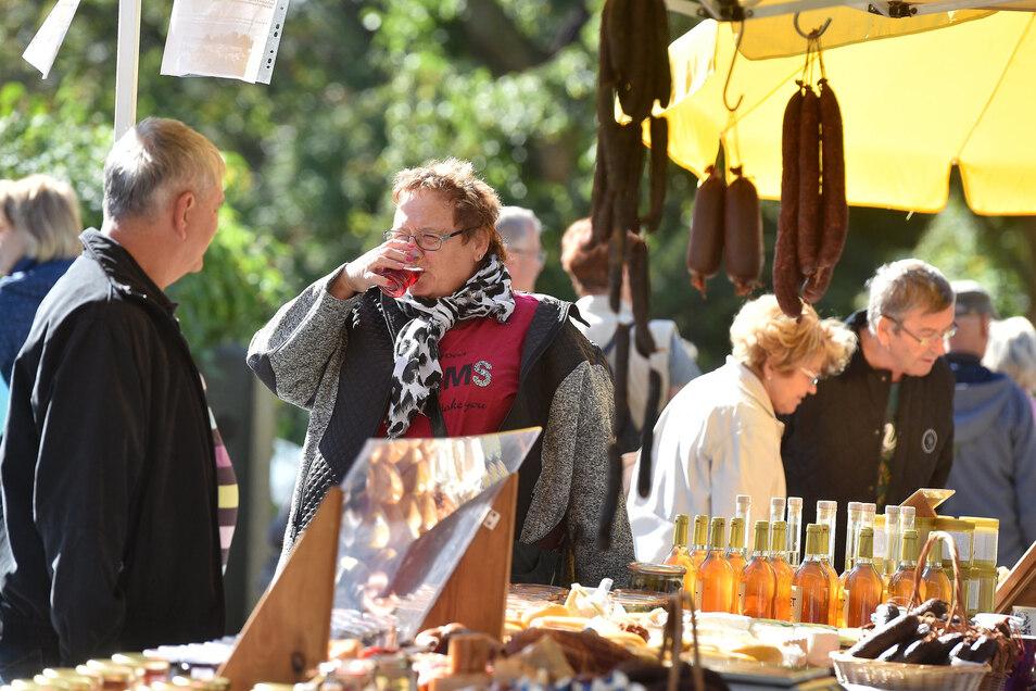 """Bei sonnigen Herbstwetter konnten 2019 noch etwa 50 Händler bei """"Leinewebers Pilzwochenende mit Karaseks Naturmarkt"""" in Seifhennersdorf viele Gäste begrüßen. Jetzt muss er leider abgesagt werden."""