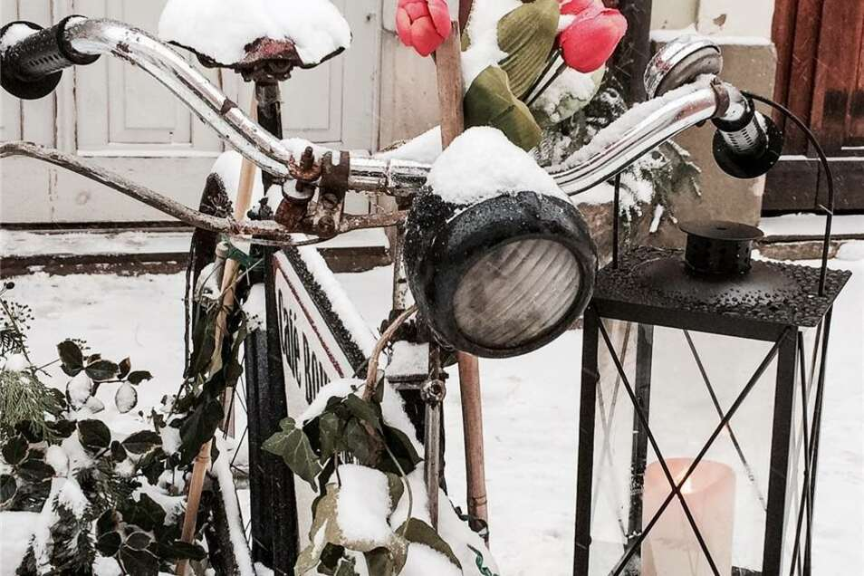 Pirna. Einen winterlichen Frühlingsgruss vom  Café Boheme auf der Schmiedestraße in Pirna schickte uns Bodo Radecker aus Dohma.