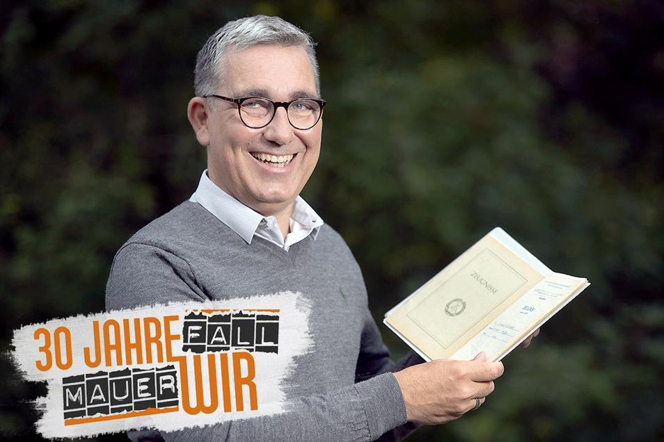 Da kommen Erinnerungen auf: Michael Deutschmann mit seinem Abiturzeugnis von 1989.