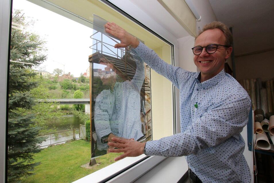 Sonnenschutz-Experte Andreas Schmidt zeigt Folien, mit denen er die Südseiten-Fenster der Peter-Apian-Oberschule in Leisnig ausstatten darf. 2020 hatte er in den Schulen Proberäume eingerichtet, damit die Lehrer die Wirksamkeit testen konnten.