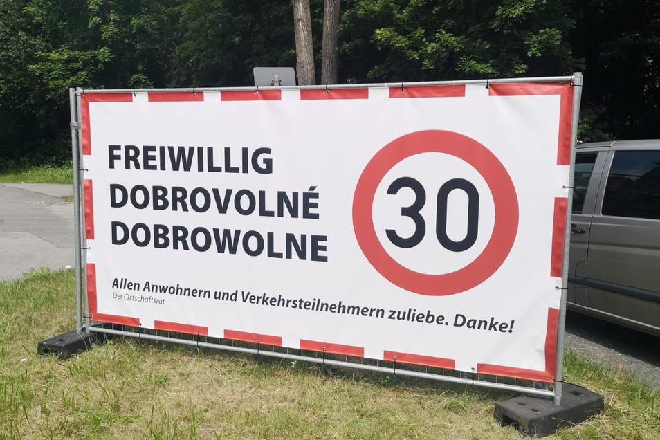Zwei Umleitungen führen derzeit durch Kirschau. Das Bautzener Landratsamt hat der Einrichtung einer temporären 30er-Zone nicht zugestimmt. Nun appellieren große Planen an die Vernunft der Autofahrer.
