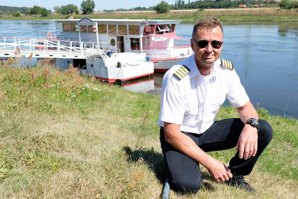 """An Land statt auf dem Wasser: Kapitän Jens-Erik Beier und das Ausflugsschiff """"Clara von Assisi""""."""