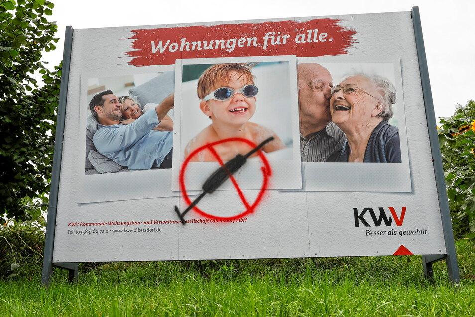 Eine durchgestrichene Spritze prangt seit Kurzem auf dem Werbeplakat der KWV Olbersdorf. Die Schmiererei soll zeitnah beseitigt werden.