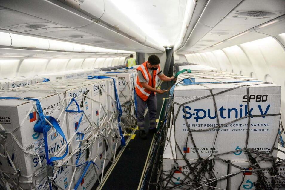 Eine Lieferung des Corona-Impfstoffes Sputnik V steht in einem Flugzeug der argentinischen Fluggesellschaft Aerolineas Argentinas.