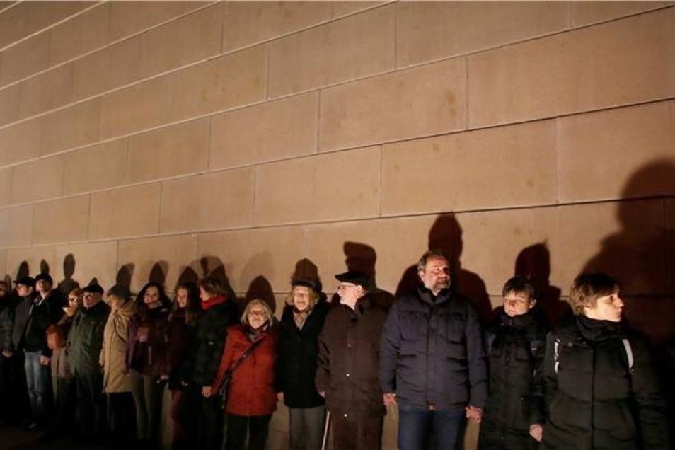 Teilnehmer der Kette stehen  vor der Synagoge.