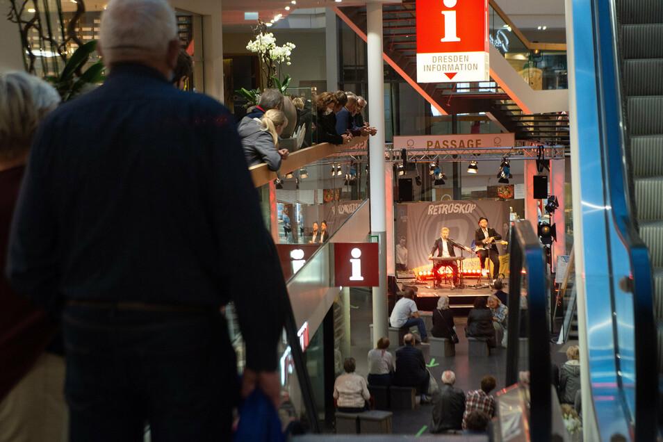 Das Duo Retroskop sorgte für Stimmung in der QF-Passage am Neumarkt.