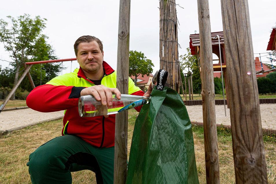 Philipp Müller demonstriert das Prinzip des Wassersacks. Der Baumexperte spendiert der Stadt 20 solcher Säcke, die an den Bäumen befestigt und von jedem befüllt werden können.