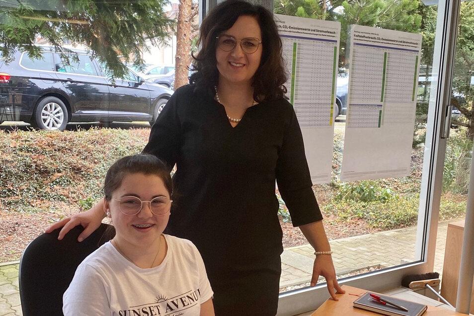 Angelin Löffler macht eine Ausbildung zur Automobilkauffrau. Ihr Arbeitsplatz im Autohaus Kießling in Zwickau wurde für sie behindertengerecht eingerichtet. Chefin Katja Knorr hat sich dafür stark gemacht.