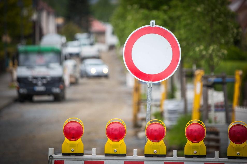 Auf der Stolpener Straße in Radeberg steht seit vergangenem Jahr ein Sperrschild. Jetzt nennt die Stadt ein Datum für die Fertigstellung.