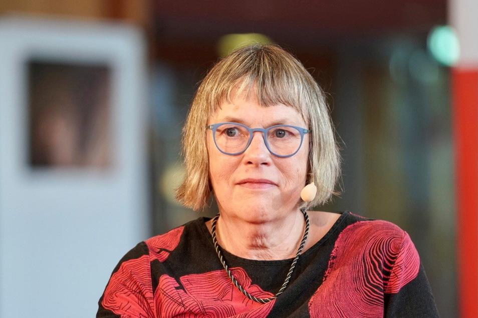 Kathrin Schmidt bei ihrer Antrittslesung als Stadtschreiberin in Dresden. Foto: Ronald Bonß