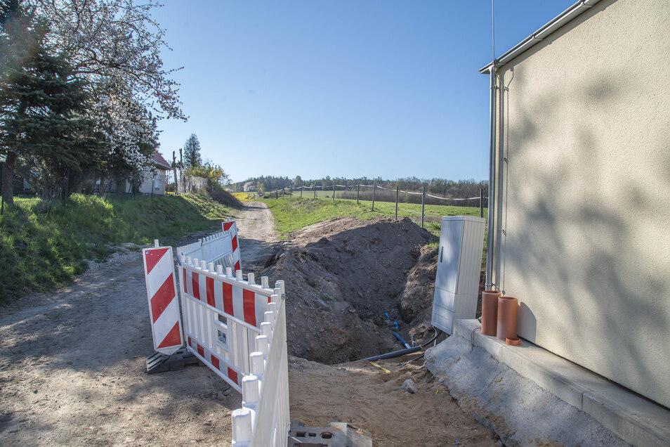 In Richtung Bergschäferei werden zurzeit Trinkwasserleitungen verlegt. Hier wurde das Wasser bisher aus einem Tiefbrunnen gefördert.